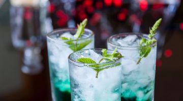 fresh-cocktail-with-mint-liqueur-in-glasses-5906656